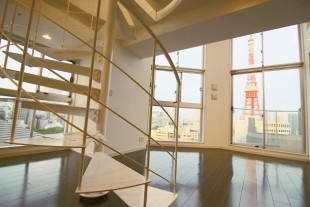 麻布台。全面ガラス張りの空間から街を望んで。
