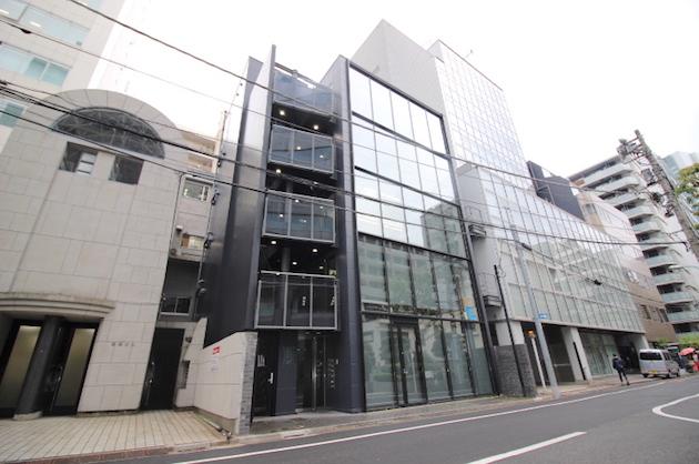 渋谷・表参道。青山通り裏、ガラス張りのオフィス・店舗。