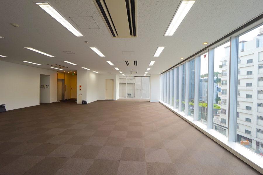 広尾駅上に建つ、採光豊かなワンフロアオフィス。